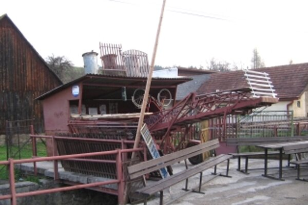 Zavlečené veci v strede obce v roku 2006.