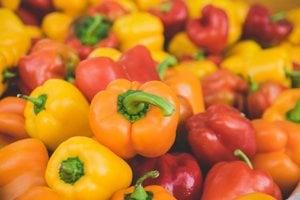 Desatinu dennej dávky vitamínu A možno ziskať aj zo surovej červenej papriky.