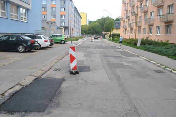 Hroncova ulica je samá záplata.