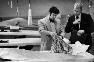 San Francisco, marec 1974. Inšpektori David Toschi (vľavo) a William Armstrong prehliadajú šaty obete Zodiaca.