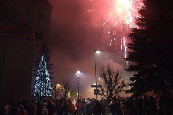 Silvestrovský ohňostroj na Nový rok si prišli pozrieť stovky ľudí.