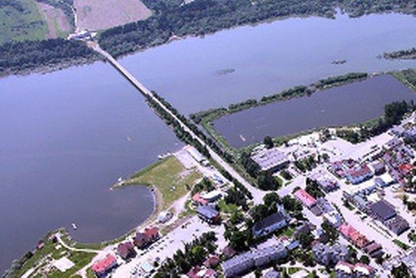 Súčasné prepojenie tvorí násyp a tristo metrov dlhý most ponad vodu.