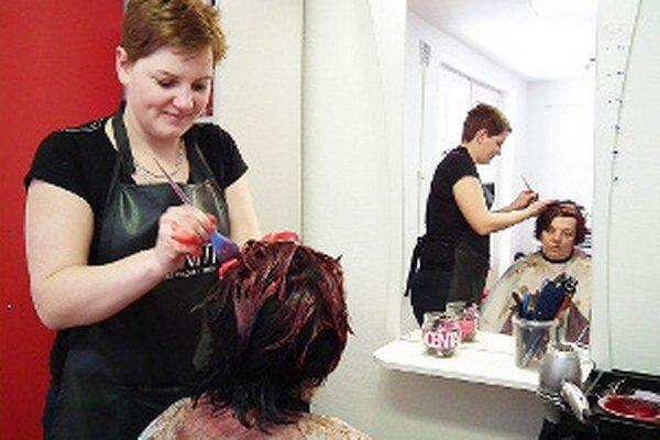 Za strihanie a farbenie polodlhých vlasov zaplatíte vo vitanovskom kaderníctve 12 eur.