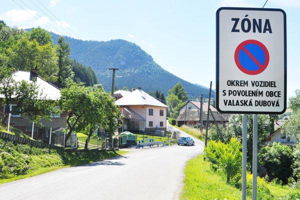 Do Valaskej Dubovej už len s povolením od obce.