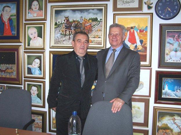 Mimoriadny a splnomocnený veľvyslanec Srbskej republiky v SR Momčilo Babič (vpravo) na návšteve u konzula Srbskej republiky na Slovensku v Martine Mojmíra Vrlíka.
