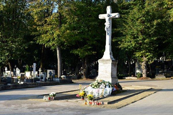 Verejný cintorín spravuje tá istá firma, no už s novým majiteľom.
