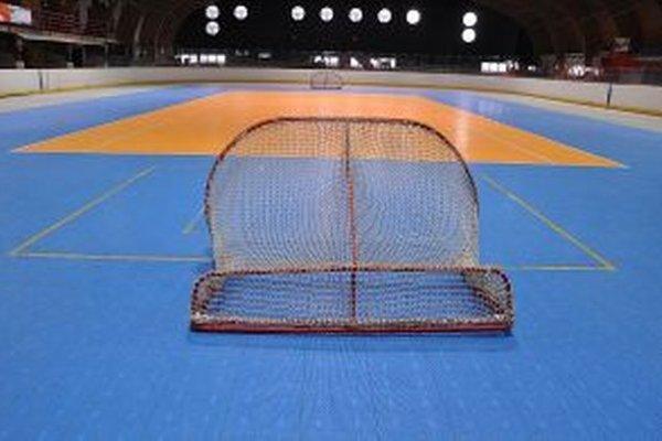 Na betóne je teraz namiesto ľadu umelý povrch vhodný pre viacero športov.