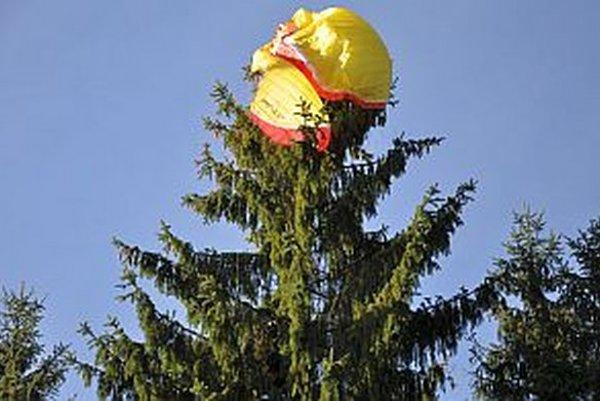 Paragliding je nádherný ale nebezpečný šport. Pred dvoma rokmi takto pristala na strome na Kubínskej holi Trstenčanka. Mala šťastie, nič sa jej nestalo.