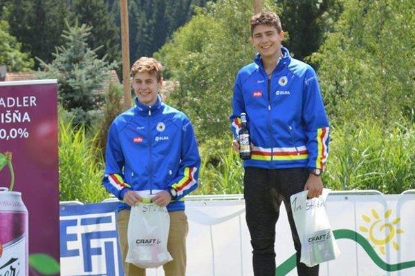 Starší dorastenci Denis Tilesch a Matúš Oravec na stupňoch pre víťazov.