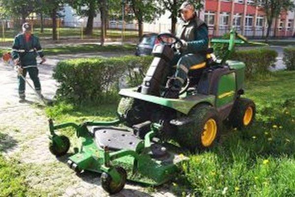 Mulčovač trávu podrví na menšie kusy, ktoré ostanú na zemi.