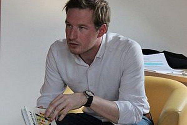 Nitriansky herec, pochádzajúci z Oravy, priblížil účastníkom Noci literatúry dielo Pavla Vilikovského v podkroví Oravskej knižnice.