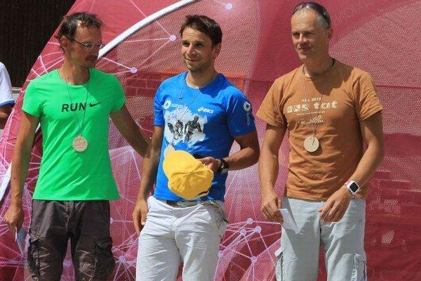Michal Holub (v strede) urobil nový traťový rekord.