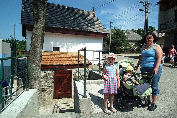 Hruštínčanka Margita Matečková je sobnovou kamennej stavby spokojná.