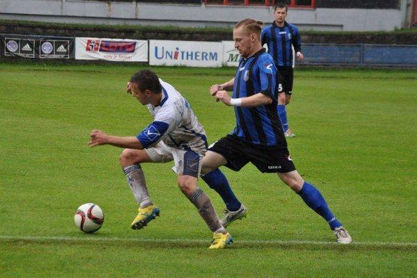 Dolnokubínski futbalisti (v modro-čiernych dresoch) zvládli zápas druhého kola s ľahkosťou.