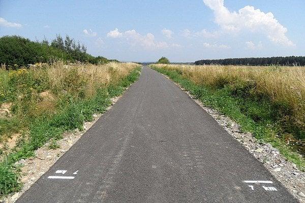Info o prejdených kilometroch nájde cyklista iba na slovenskej strane chodníka.