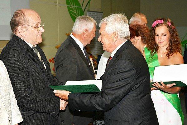 Anton Palider (vľavo)preberá ocenenie od ministra pôdohospodárstva Ľubomíra Jahnátka.