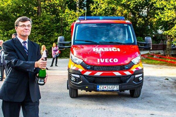 Z nového auta pre hasičov sa teší aj jasenovský starosta Rajmund Bradík.