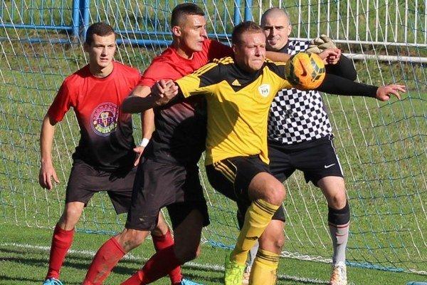 Juraj Gelčinský (v žltom) mal tiež dobrú šancu rozhodnúť zápas.