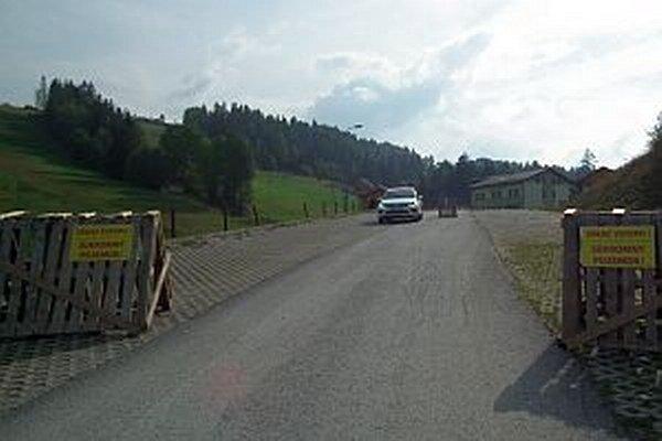 Minulý týždeň v Nižnej. Cesta okolo vleku bola zablokovaná. Kamióny jazdili cez Malú Oravu pomedzi domy.