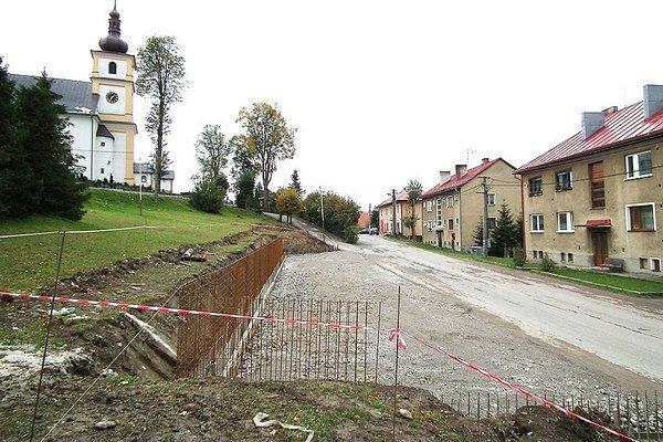 Oporný múr umožní vybudovanie parkoviska pre 35 áut.