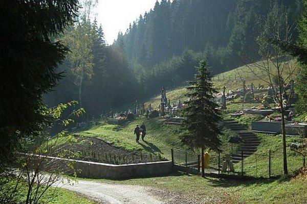 Cintorín vDolnom Štefanove. Hoci sa tam pochováva menej, zaslúži si pozornosť.