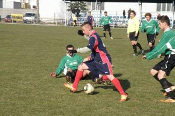 Hráči Ilavy (v modrom) sa cez pevnú obranu Ladiec presadiť nedokázali.
