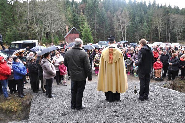 Od účasti na požehnaní kríža ľudí neodradilo ani zlé počasie.