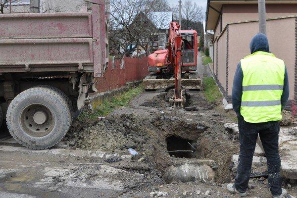 Úzke ulice spomaľujú postup prác.