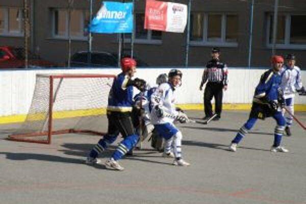 Prušťanom (v modrom) sa nevydaril prvý duel s Martinom, ale druhý vysoko vyhrali.