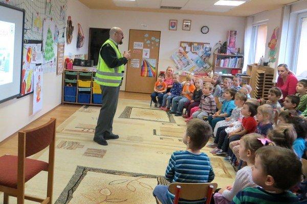 V habovskej škôlke rozprával Tibor Šándor deťom odôležitosti nosenia reflexných prvkov.
