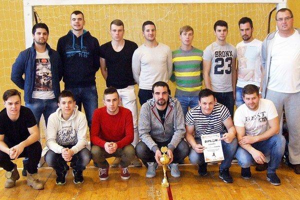Futbalisti Liesku hneď prvú účasť pretavili do víťaznej trofeje.