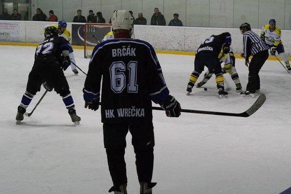Hokejisti Vavrečky (v tmavých dresoch) sú novým lídrom súťaže.