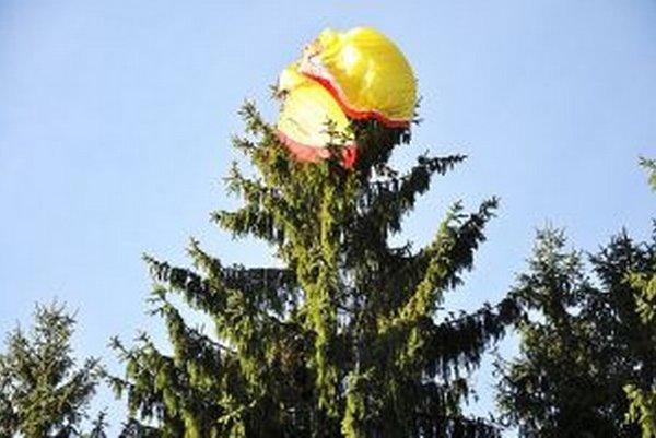 Padák sa zamotal do vrcholca stromu približne 25 metrov nad zemou.