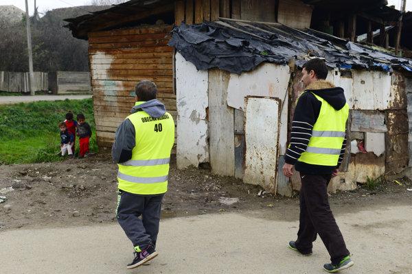 Rómska občianska hliadka v obci Jarovnice.