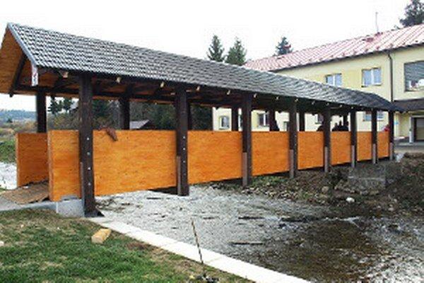Stred obce je už kompletne zrekonštruovaný. Poslednou akciou bola výstavba lavičky.
