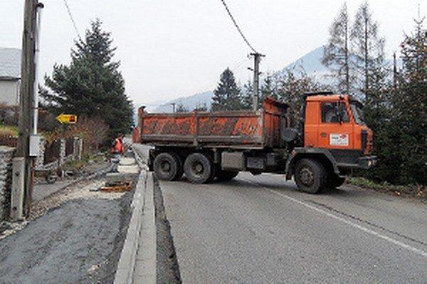 Stavebné práce pri ceste druhej triedy cvičia v trpezlivosti domácich aj vodičov.