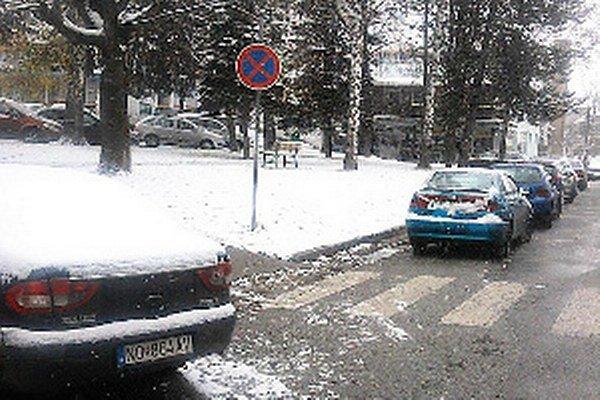 Vodiči, ktorí zvykli parkovať oproti súdu a pošte, si musia hľadať iné miesta.