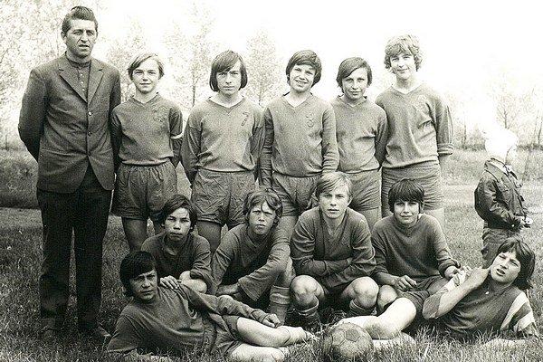 Jozef Bača s družstvom žiakov.