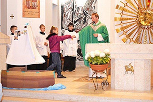 Loď s názvom Cesta viery v sihelnianskom kostole.
