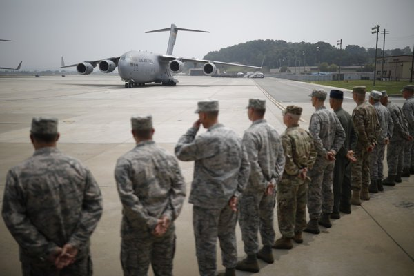 Lietadlo C-17 sa vrátilo na základňu Pchjongtchek južne od Soulu po lete zo severokórejského mesta Wonsan, kde Severokórejčania naložili prvých 55 truhiel s telesnými pozostatkami.