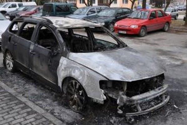 Keď auto horelo, majiteľ nič netušil a pokojne spal.