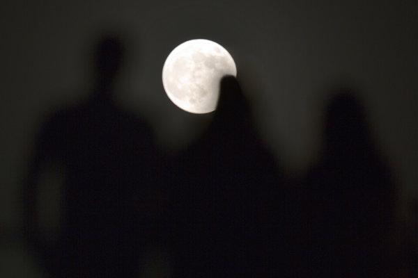 Ľudia v egyptskej Káhire hľadia na Mesiac.