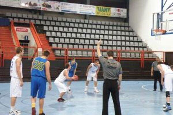 Michálek (v bielom) dáva jeden z deviatich bodov proti BSC Bratislava.