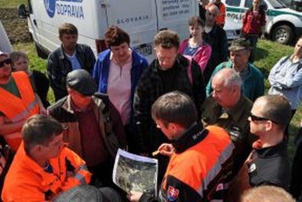 Igor Janckulík drží v ruke mapu so 700 hektármi lesa, v ktorých sa 51-ročný muž stratil.