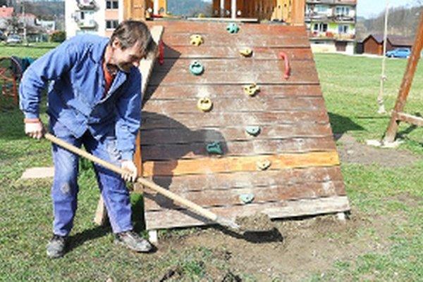 Pavol Jančo opravuje poškodené detské ihrisko.