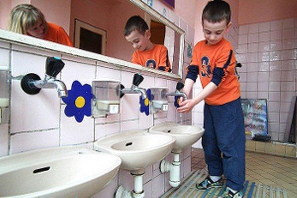 Nízko osadené umývadlá sú nepohodlné najmä pre predškolákov.