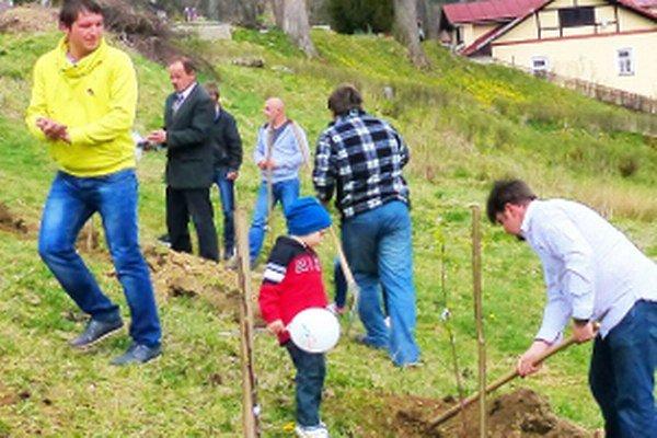 Ovocné stromy sadili celé rodiny. O pár hodín ich niekto polámal.