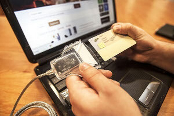 E-občiansky. Pri aktivácii k nemu dostanete aj čítačku. Zdarma polícia nahrá do čipu aj digitálny podpis.