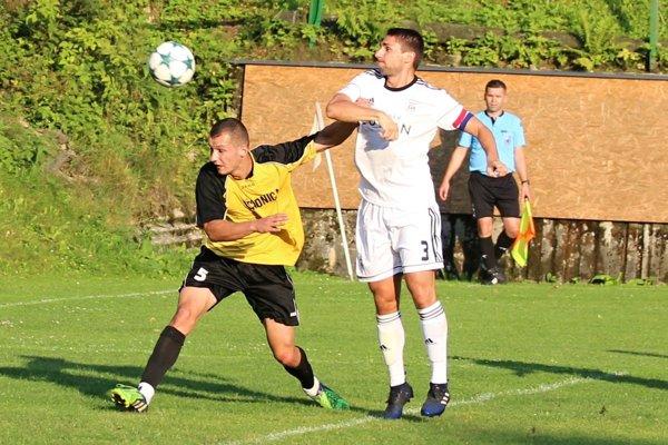 Námestovo (v bielom) prešlo v 1. kole Slovenského pohára cez Oščadnicu.