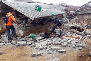 Indonézia sa spamätáva zo zemetrasenia. Záchranárske práce stále pokračujú.